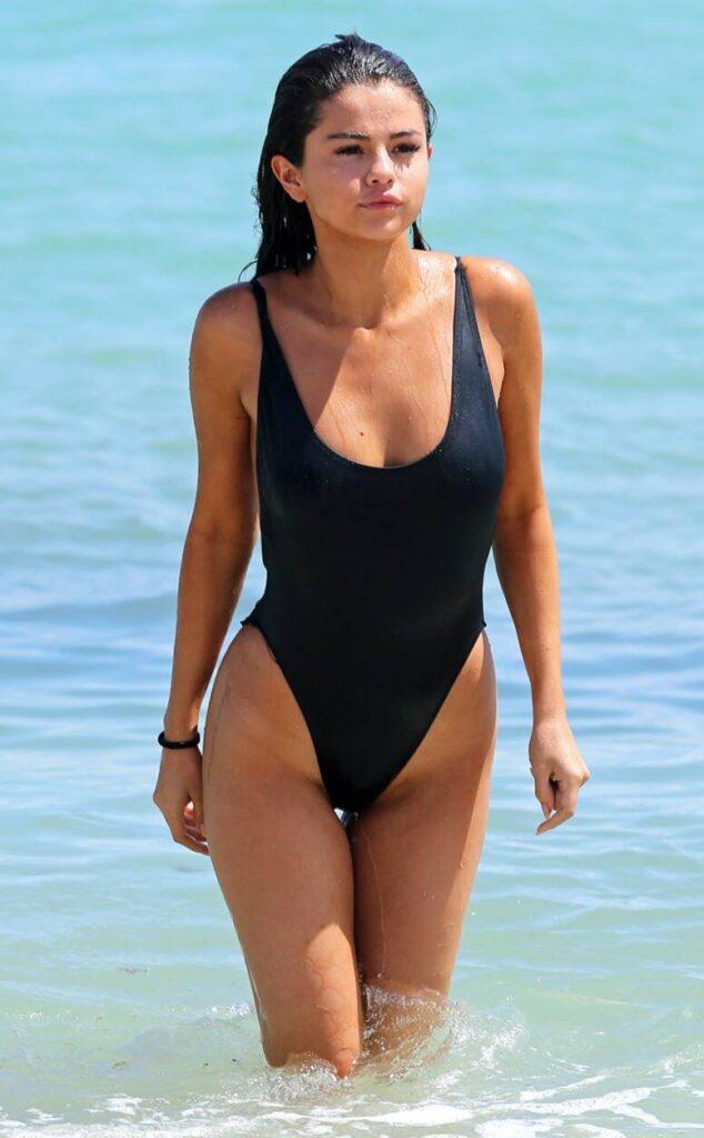 Selena Gomez bikini Sexy Pics